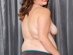 Plump brunette drops black and blue lingerie to pose - Picture 5