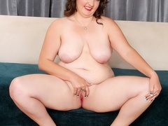 Plump brunette drops black and blue lingerie to pose - Picture 10