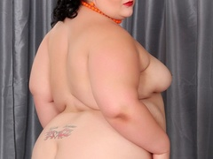 Tattooed dark hair big model in neck beads and white bra - Picture 5