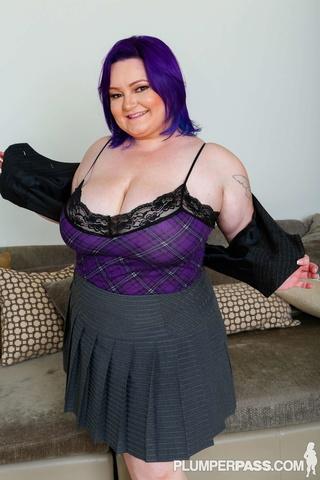 violet haired fattie pose