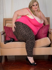 Blonde plus size chick takes off her pink shirt and - Picture 2