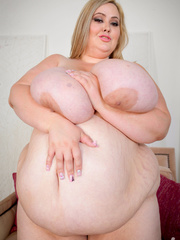 Blonde plus size chick takes off her pink shirt and - Picture 5