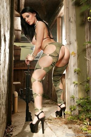Captivating brunette wearing a green cam - XXX Dessert - Picture 4