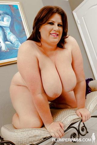 sweet size babe seduces