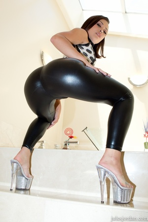 Bootylicious  brunette babe takes clothe - XXX Dessert - Picture 2