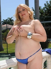 Blonde plus size bombshell peels off her blue blouse and - Picture 3