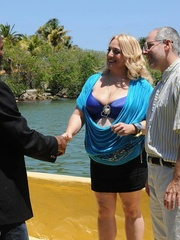 Blonde plus size bombshell peels off her blue blouse and - Picture 6
