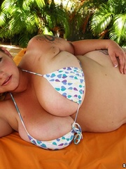Beautiful extra huge babe in multi colored bikini expose - Picture 4