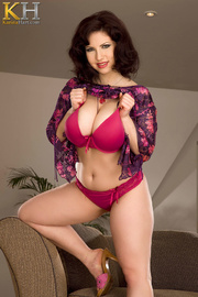 gorgeous hottie pulls her