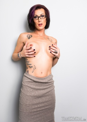 Nerdy mature shemale ready to fuck a voluptuous chick with pink tits - XXXonXXX - Pic 4