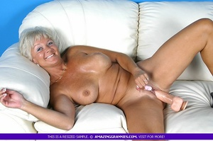 Hot granny bares her luscious breasts an - XXX Dessert - Picture 2