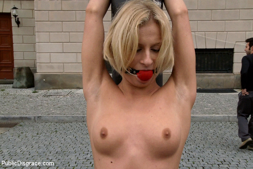 naked public in of Paris the