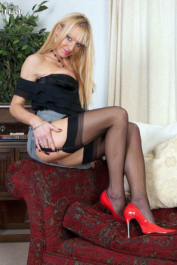 Blonde mom in red shoes and retro stockings - XXX Dessert - Picture 2