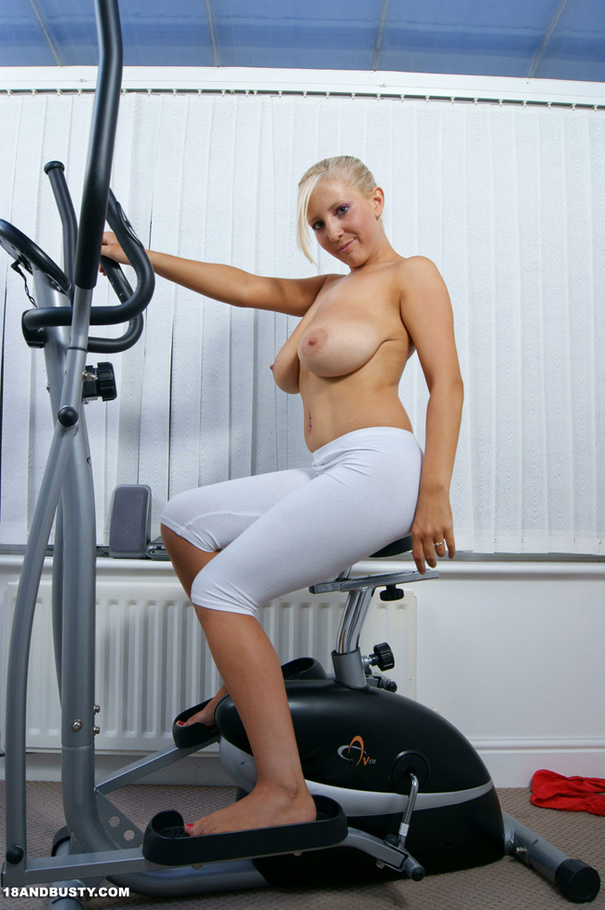 Sexy Work Out Girl Removes Clothes To Show - Xxx Dessert