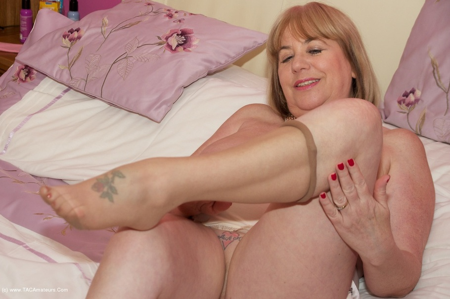 Amateur girl fingering on cam 9