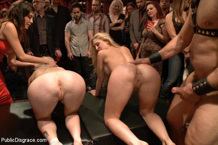 Жесткое порно лесбиянок на публике