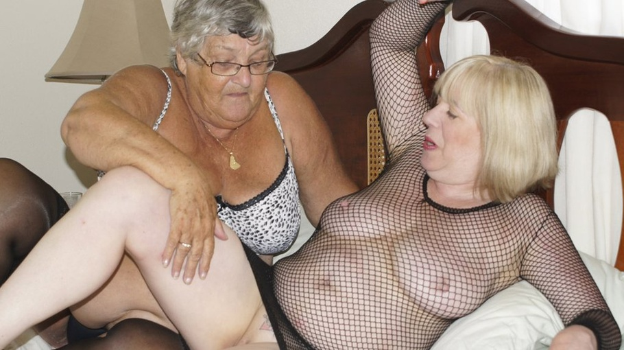 Fat Granny iført sort og hvid BH, Trusse Og-4411