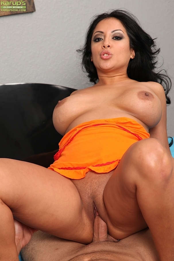 Share hot latina milf nude