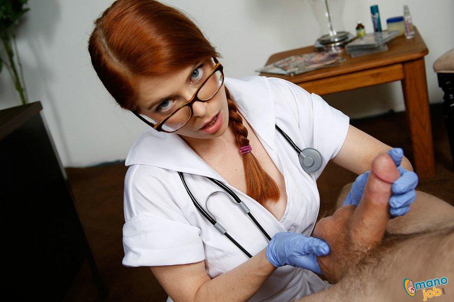 doktor-drochit-parnyu-patsientu