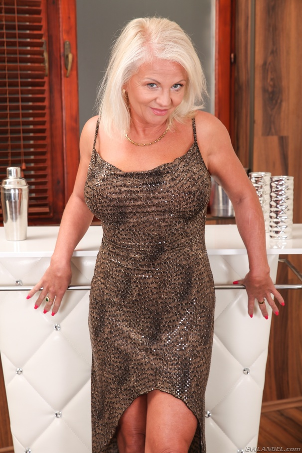 Hot blonde milf cougar pussy