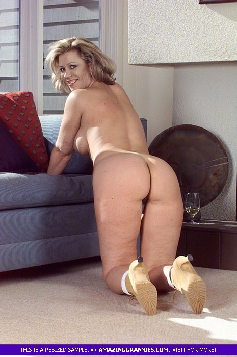 posing couch on nude Mature