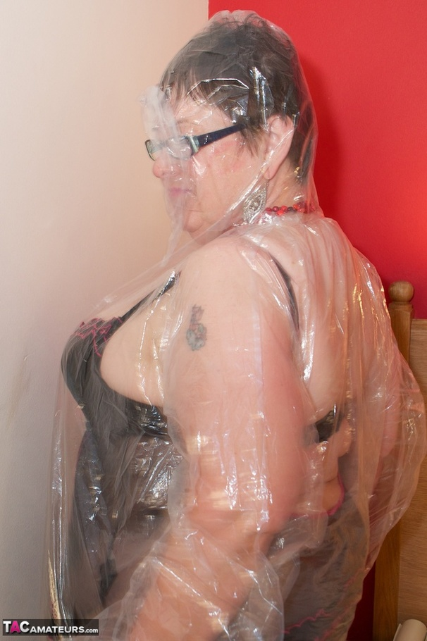 Mature with glasses fills up her love tunnels 2