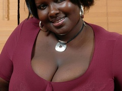 Plump ebony housewife revealing her epic melons on the - Picture 1