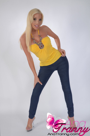 Spectacular Shemale in tight jeans that  - XXX Dessert - Picture 3
