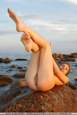 Young model who gets naked on the shore  - XXX Dessert - Picture 7