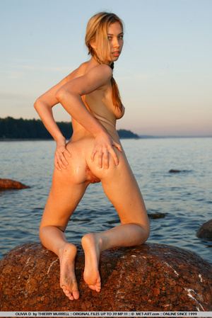 Young model who gets naked on the shore  - XXX Dessert - Picture 8