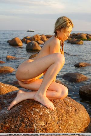 Young model who gets naked on the shore  - XXX Dessert - Picture 17