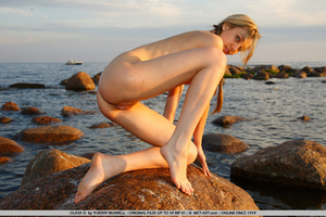 Young model who gets naked on the shore  - XXX Dessert - Picture 18