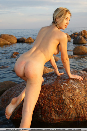 Young model who gets naked on the shore  - XXX Dessert - Picture 19