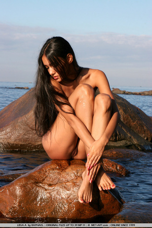 Exotic Lissa plays at the beach on the r - XXX Dessert - Picture 4