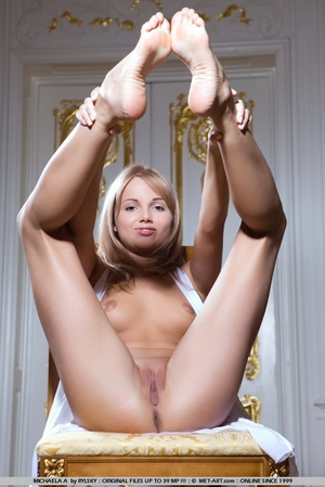 Young Russia maid with blonde hair a cle - XXX Dessert - Picture 5