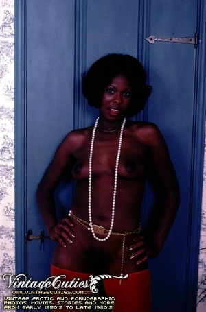 Curly black babe posing naked in vintage - XXX Dessert - Picture 1