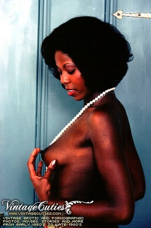 Curly black babe posing naked in vintage - XXX Dessert - Picture 4