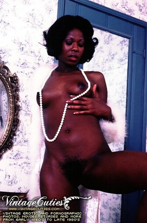 Curly black babe posing naked in vintage - XXX Dessert - Picture 11