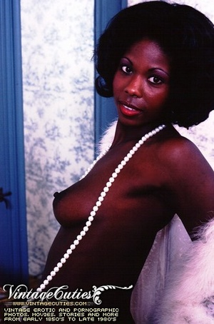 Curly black babe posing naked in vintage - XXX Dessert - Picture 12
