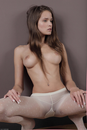 Sex starving young bimbo posing topless  - XXX Dessert - Picture 5