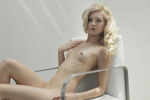Curly hair erotic blonde nymph looking s - XXX Dessert - Picture 2