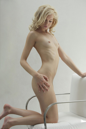 Curly hair erotic blonde nymph looking s - XXX Dessert - Picture 6