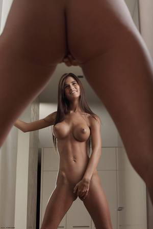 Beautiful face erotic brunette seductive - Picture 5
