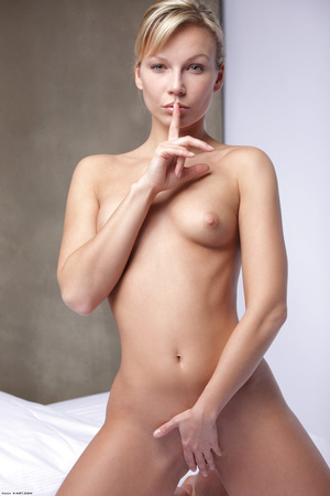 Slim ponytailed whore posing nude - Picture 2