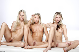 Three nude blonde gals love demonstrate  - XXX Dessert - Picture 5