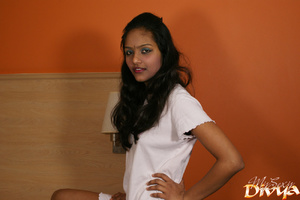 Indian lovely girl pulls up her white t- - XXX Dessert - Picture 2