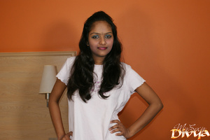Indian lovely girl pulls up her white t- - XXX Dessert - Picture 3