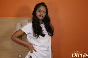 Indian lovely girl pulls up her white t- - XXX Dessert - Picture 4