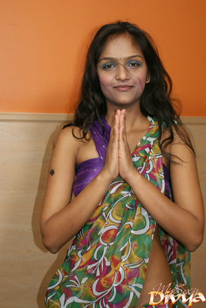 Dark haired young indian babe in nationa - XXX Dessert - Picture 3