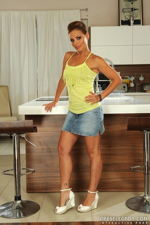 Reality brunette housewife in jeand mini - XXX Dessert - Picture 1